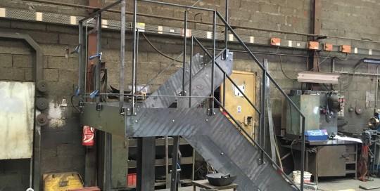 escalier en cours de fabrication. marche bois et remplissage rampant bois